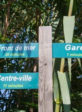 Panneaux des directions dans le quartier de la gare