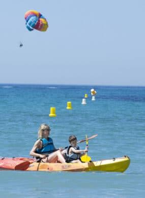 Kayak et parachute ascensionnel dans la baie